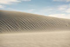 Belle dune di sabbia bianche sotto cielo blu immagini stock libere da diritti