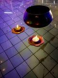 Belle e candele di galleggiamento variopinte nell'acqua dello stagno, nel dettaglio buddista e nel fondo fotografia stock libera da diritti