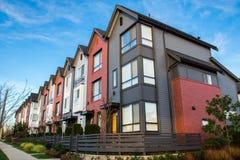 Belle e case urbane molto moderne Novità sul mercato immobiliare immagini stock libere da diritti