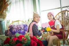 Belle e giovani coppie allegre in regalo d'offerta di amore a eac Fotografia Stock Libera da Diritti