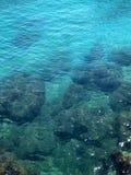 Belle eau de mer propre et claire profonde images libres de droits