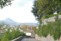 Belle ed alte pareti coperte di capperi in una villa in Monselice attraverso le colline nel Veneto (Italia) con fondo Immagine Stock