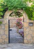 Belle entrée traditionnelle de maison avec la porte de fer, Nicosie, Chypre Photos stock