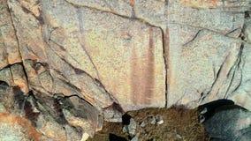 Belle envergure le long du mur en pierre de montagne banque de vidéos
