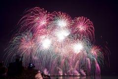 belle esposizioni variopinte del fuoco d'artificio per nuovo felice di celebrazione Immagini Stock