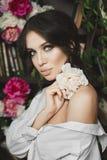 Belle et à la mode fille à moitié nue de modèle de brune avec les yeux bleu-vert et avec de pleines lèvres sexy, posant avec la f images stock