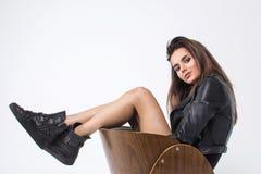 Belle et attirante fille posant dans le corps noir et la veste en cuir, photoshoot de studio, fond blanc images stock
