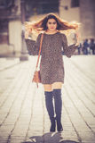Belle et attirante jeune femme marchant dans la ville Photo libre de droits