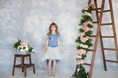 Belle et avec du charme fille se tenant dans le studio images libres de droits