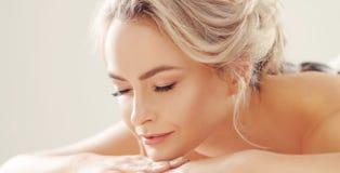 Belle et en bonne santé femme blonde obtenant la thérapie de station thermale et massant des traitements Image libre de droits