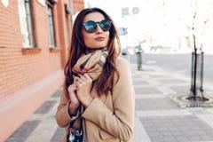 Belle et jeune fille dans un manteau et une écharpe Photo libre de droits
