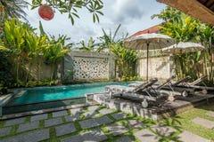 Belle et tropicale piscine photo libre de droits