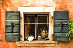 Belle et vive fenêtre de maison méditerranéenne photos libres de droits