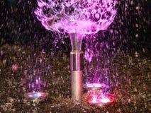 Belle exposition de nuit des fontaines d'eau colorées photo stock