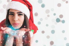 Belle fée latine de femme soufflant le scintillement magique au jour de Noël Photo stock