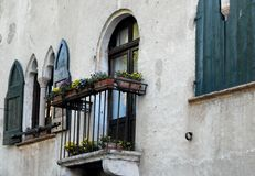 Belle façade d'un bâtiment antique dans Asolo Image stock