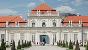 Belle façade stupéfiante de palais autrichien de belvédère dans le style architectural baroque clips vidéos