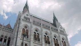 Belle façade stupéfiante du vieux bâtiment traditionnel à Budapest, inclinaison vers le haut de vue banque de vidéos
