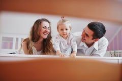 Belle famille de trois personnes, de papa de maman et de fille Image stock