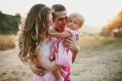 Belle famille de trois personnes, de papa de maman et de fille Image libre de droits