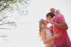 Belle famille de trois personnes, de papa de maman et de fille Photographie stock libre de droits