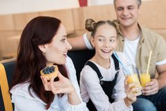 Belle famille en café Photos libres de droits