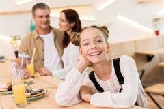 Belle famille en café Photo stock