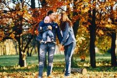 Belle famille en parc image libre de droits