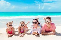 Belle famille heureuse sur la plage blanche ayant l'amusement images stock