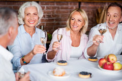 Belle famille mûre grillant avec du vin blanc Photos libres de droits