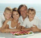 Belle famille mangeant la pastèque Images libres de droits