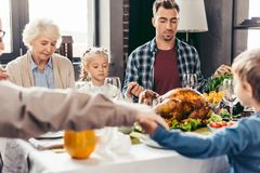 belle famille tenant des mains et priant le thanksgiving avant Photographie stock