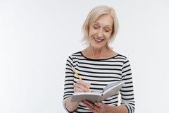 Belle femelle âgée faisant des notes photographie stock