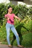 Belle femelle adolescente avec des pouces  photographie stock