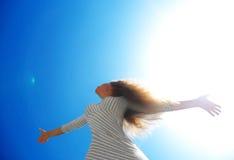 Belle femelle au-dessus de ciel propre bleu photo stock