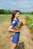 Belle femelle avec l'ami mignon de petit chien dehors Image stock