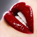 Belle femelle avec les languettes brillantes rouges Image libre de droits