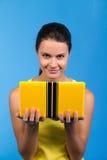Belle femelle avec un ordinateur portatif Photo stock