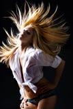 Belle femelle blonde avec la danse de cheveu de vol image libre de droits