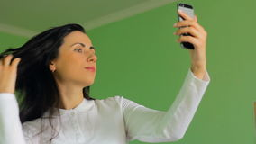 Belle femelle de brune clouant un selfie, longueur de HD banque de vidéos