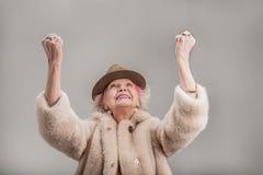 Belle femelle supérieure dans le chapeau brun exprimant des émotions positives Photos libres de droits