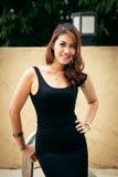 Belle femelle thaïlandaise heureuse appréciant près de la piscine Image libre de droits