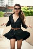 Belle femelle thaïlandaise heureuse appréciant près de la piscine Images stock