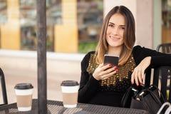 Belle femme à l'aide d'un smartphone dehors Image libre de droits