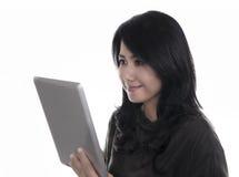 Belle femme à l'aide d'une tablette numérique Photos stock