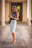 Belle femme à l'extérieur du bâtiment de défilé de mode de Grinko pour la semaine 2014 de la mode de Milan Women Images libres de droits