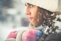 Belle femme à l'hiver neigeux froid marchant à New York Image libre de droits