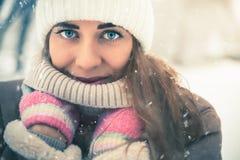 Belle femme à l'hiver neigeux froid marchant à New York Photos stock