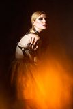 Belle femme à la mode dans une épée en cuir Photos libres de droits