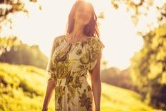 Belle femme à la nature Appréciez au printemps la saison photo stock